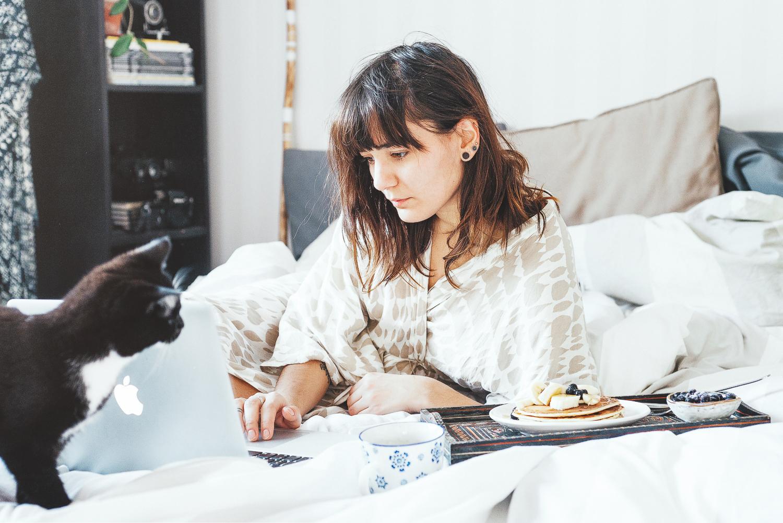 Lyxig pannkaksfrukost i sängen