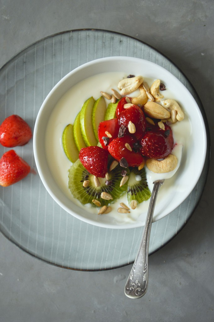 Vegansk yoghurt med frukt, bär & nötter