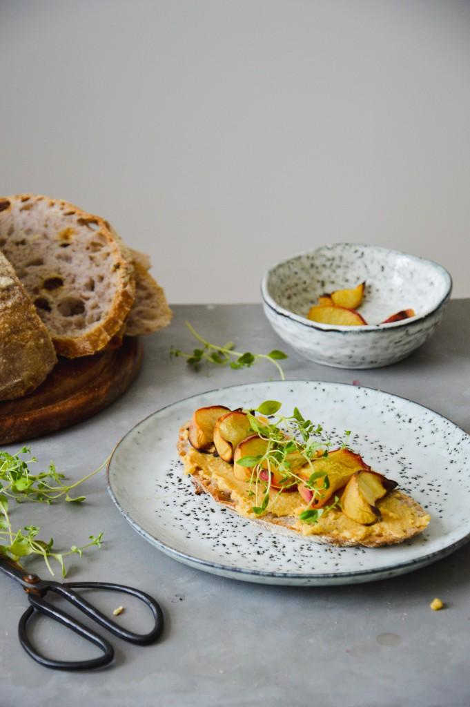 Ledighet + surdegstoast med hummus och grillad persika