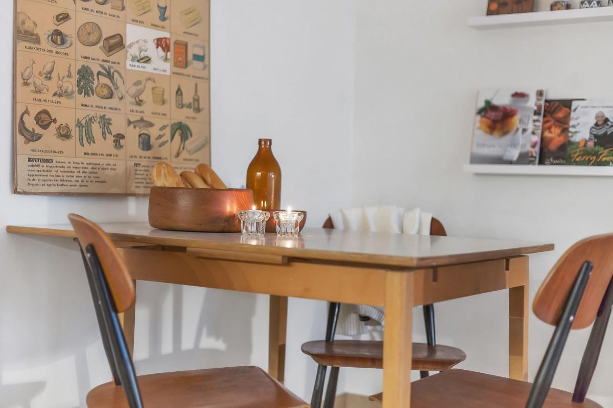 Mäklarfirma inreder hel lägenhet med second hand