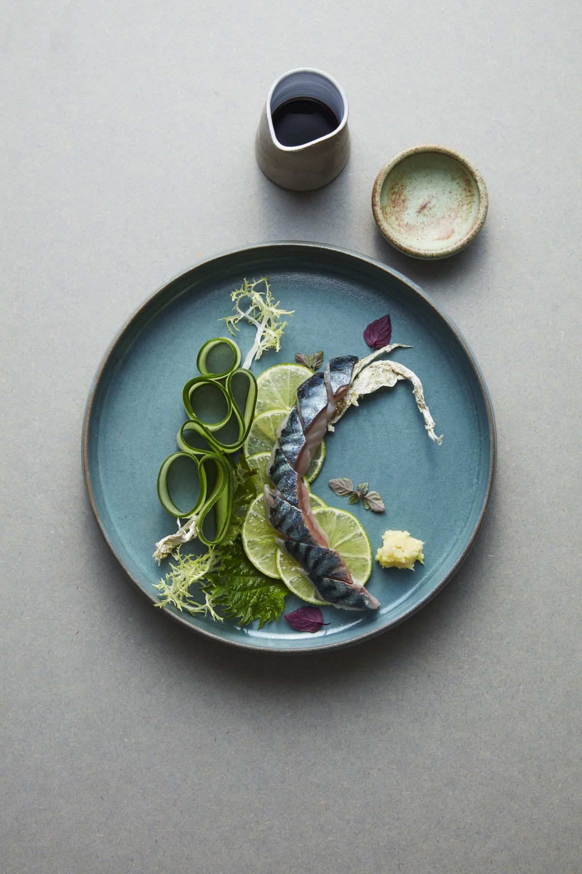 Snabbpicklad makrill, lime, gurka. Av Frida Ronge.