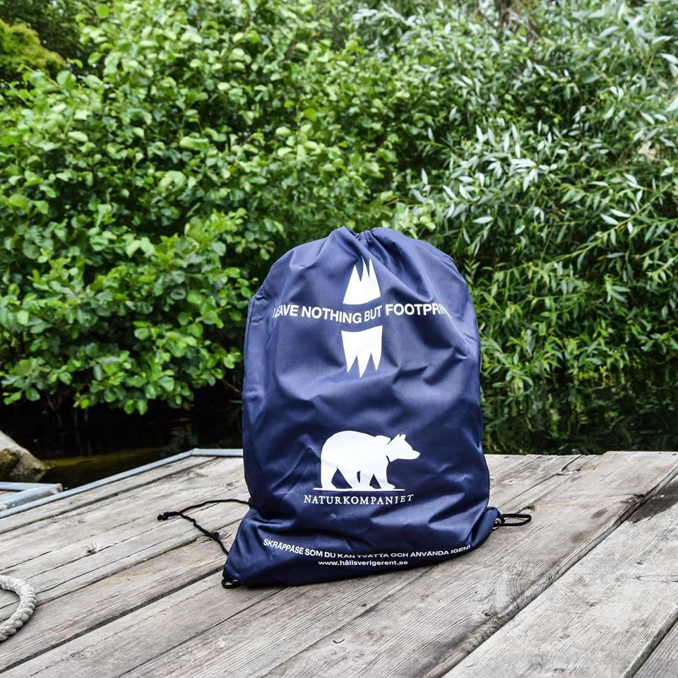 Lämna inget skräp efter dig. Naturkompainet och Håll Sverige Rent har tagit fram en skräppåse för dig att bära med dig.